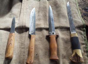 Набор собственноручно изготовленных ножей - предмет особой гордости кузнеца Дмитрия Ломакина