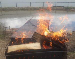 Разжигаем мангал для гостей