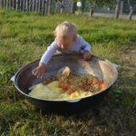 Фото любознательного ребенка из владимирской деревни