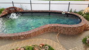 Современнная сельская усадьба, в которой имеется открытый бассейн с водопадом для купания