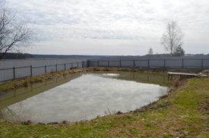 """Зарыбленный пруд ЛПХ """"Санчаро"""" ранней весной. Оборудован аэратором."""